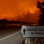 Se duplican los efectivos para extinguir el incendio en Huelva que afecta a Doñana