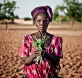 Suzanne Ouedra (campesina de la comunidad de Fanka) muestra, durante la distribución de semillas, cuáles son las hojas con las que se están alimentando este último año de sequía y falta de alimentos.  La sequía y el aumento de los precios de los alimentos sitúa a las personas que habitan el Sahel Burkinabes en riesgo de inseguridad alimentaria. © Pablo Tosco / Oxfam Intermón