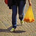 El Gobierno prevé prohibir las bolsas de plástico en 2020 y su distribución gratuita a partir de marzo de 2018