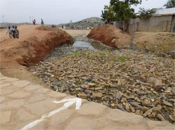 Sumbe (Ángola) . Convivencia de la gente con los residuos plásticos en un canal de desagüe. Autor: Pedro Pablo Loné